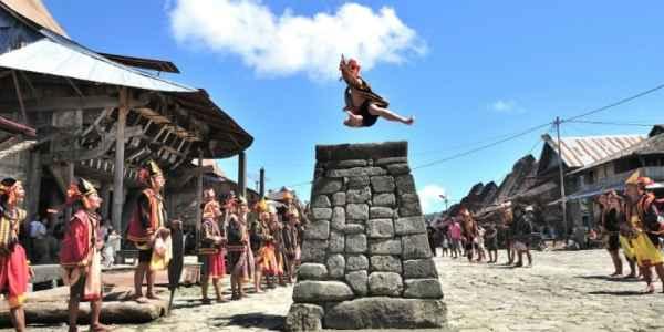 Budaya-Fahombo-Lompat-Batu-Pulau-Nias