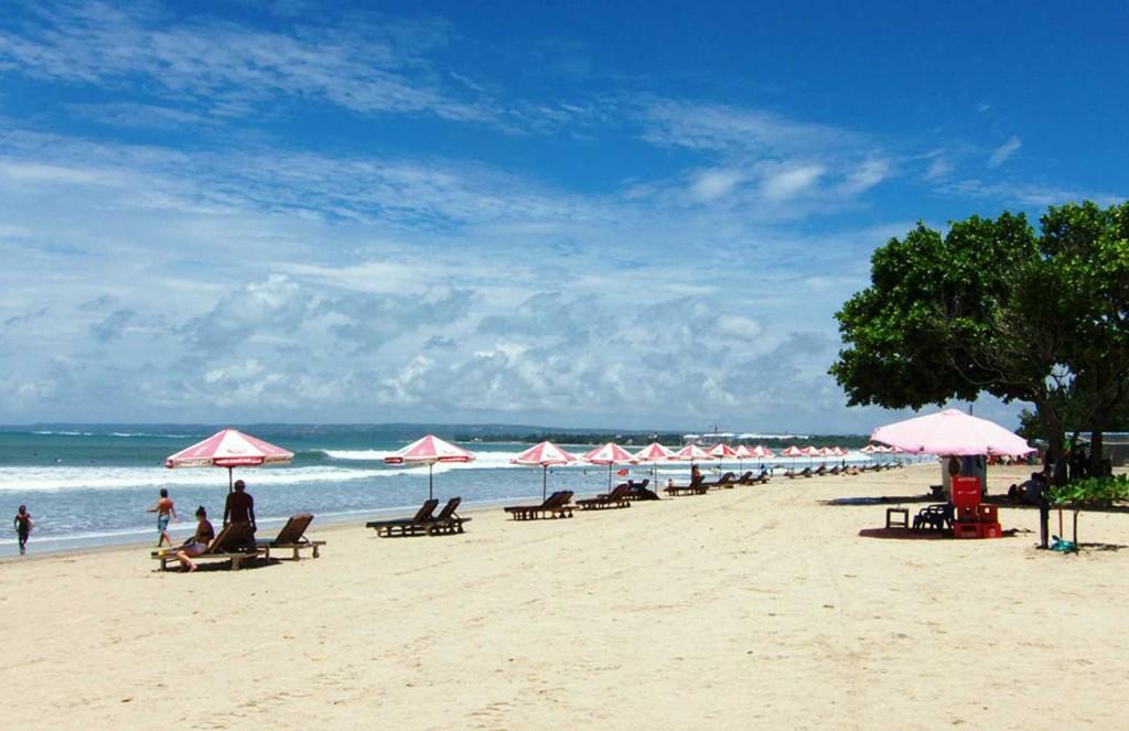 Turis-Pantai-Kuta-Bali