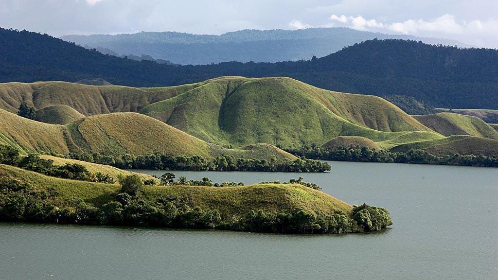 Panorama Danau Sentani, Jayapura, Papua. Penebaran bibit sejuta ikan nila di perairan Danau Sentani saat Festival Danau Sentani 2015 menunjukkan pemahaman akan ancaman spesies invasif masih sangat rendah. Kompas/Priyombodo (PRI)