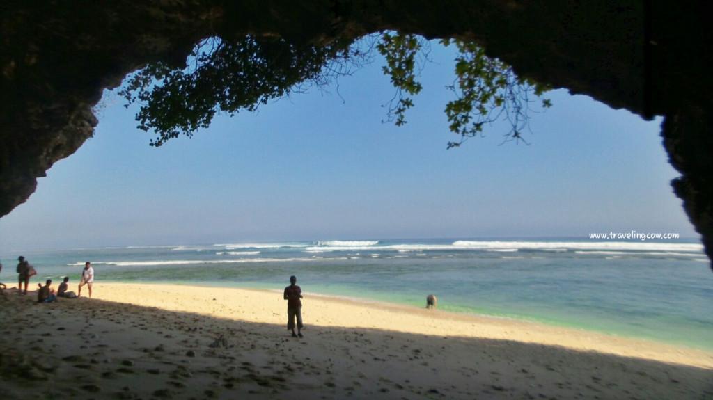 pantai-dengan-goa-di-greenbowl-beach