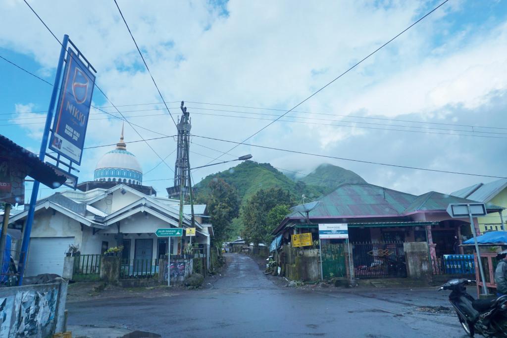 Persimpangannya...tuh bukitnya kelihatan di belakang masjid